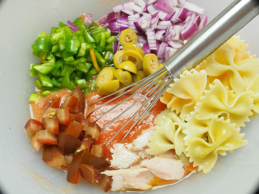 Ensalada de pasta con pipirrana y ventresca - Paso 4