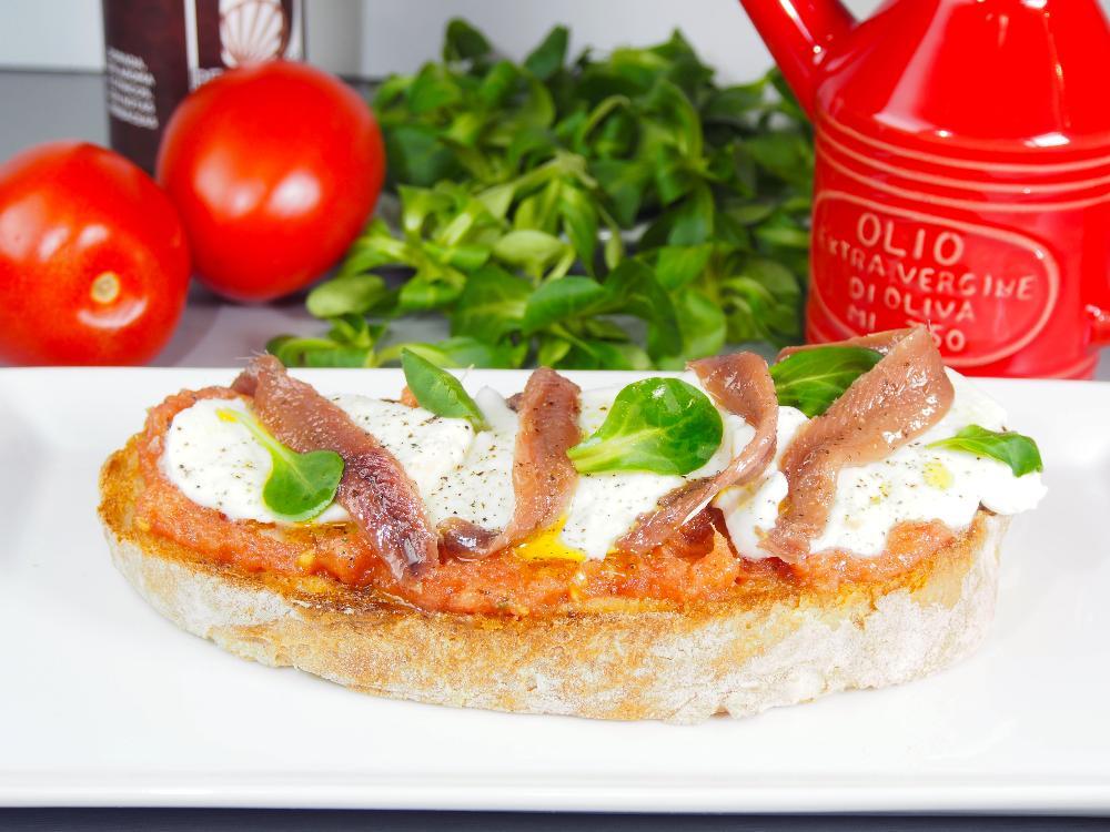 Tosta de anchoas con mozzarella y tomate - Paso 4
