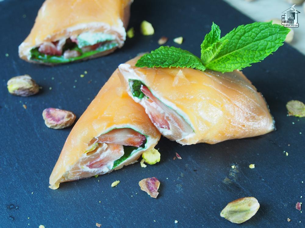 Rollito de salmón ahumado relleno de mascarpone, fresas y pistachos