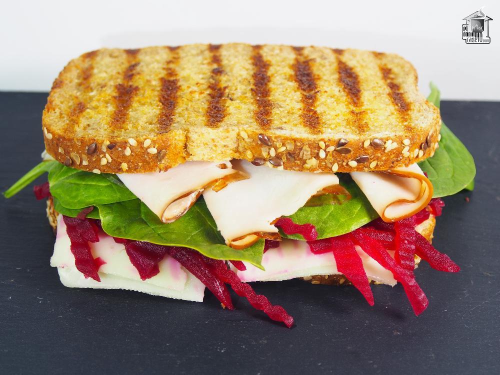 Sándwich de pavo con remolacha y espinacas baby