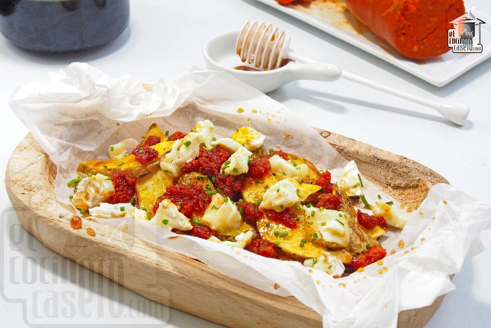 Patatas con sobrasada, queso de cabra y miel