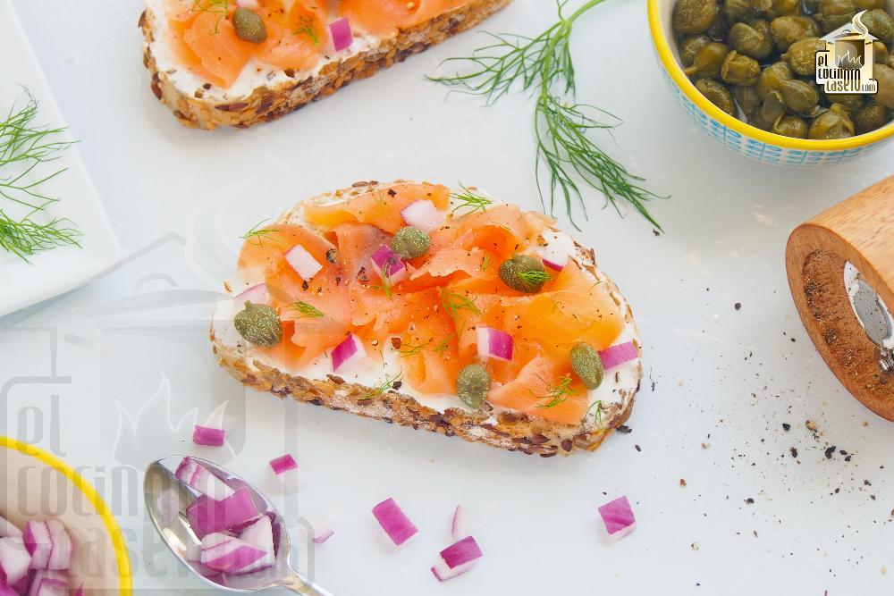 Tostas de salmón marinado, creme fraiche y eneldo