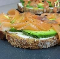 Tosta de salmón ahumado, aguacate y queso crema