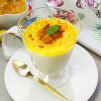 Mousse de yogur, con mermelada de mango y galletas caramelizadas