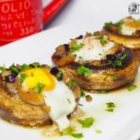 Champiñones rellenos de huevo de codorniz y jamón