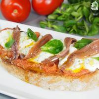 Tosta de anchoas con mozzarella y tomate