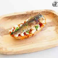 Tosta de sardina a la llama, mermelada de tomate y Queixo do Cebreiro