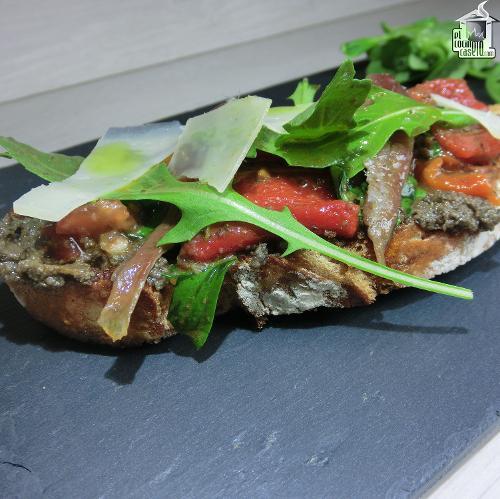 Tosta de tapenade anchoas y pimiento