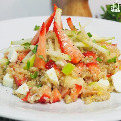 Ensalada de quinoa con fresas y queso