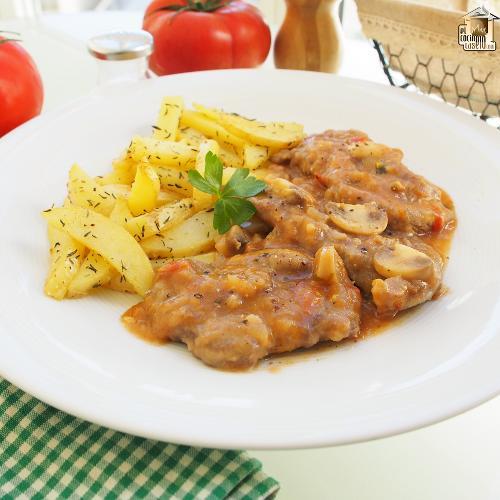 Filetes de ternera en salsa con champiñones