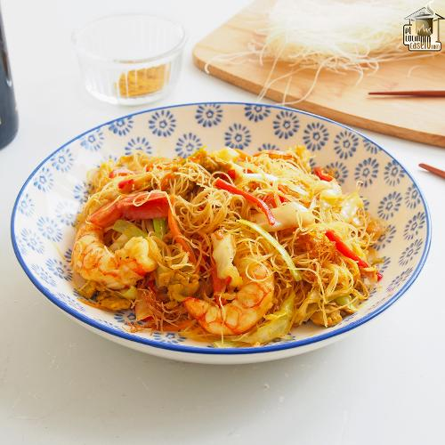 Noodles de arroz fritos con curry y gambas