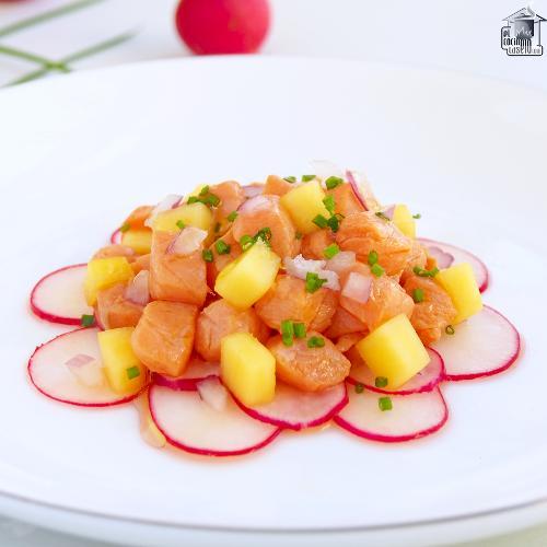 Salmón marinado en soja con mango y rabanitos